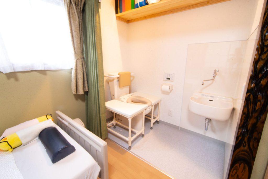 寝室の押入を本人専用トイレに改装